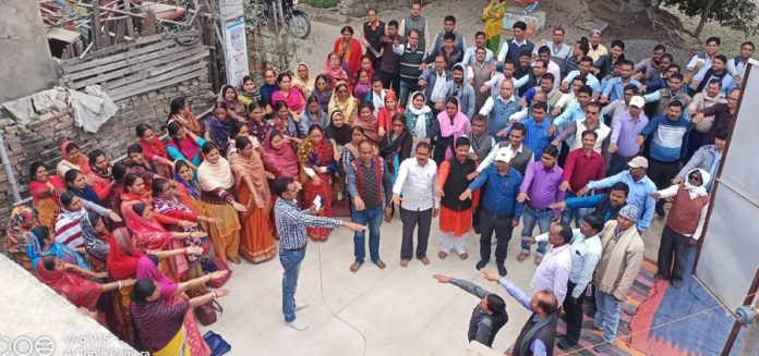 Contractual teachers of Saran district taking oath to continue the protest until their demands are met. ( File Photo)