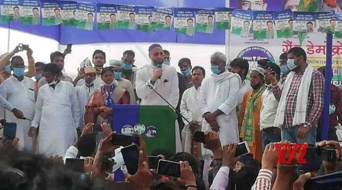 AIMIM chief Asaduddin Owaisi addressing an election rally during Bihar election. (Image Courtesy: socialnews xyz)
