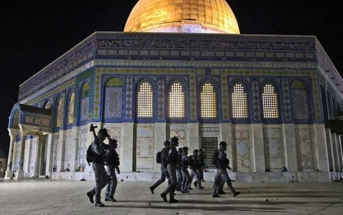 Israeli police walk near the Dome of the Rock during clashes with Palestinians (Image credit: TRT World)