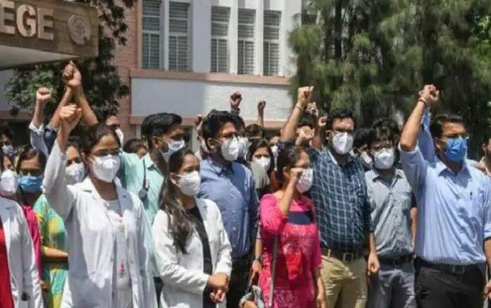 Protesting junior doctors of Madhya Pradesh (Image credit: Zee News)